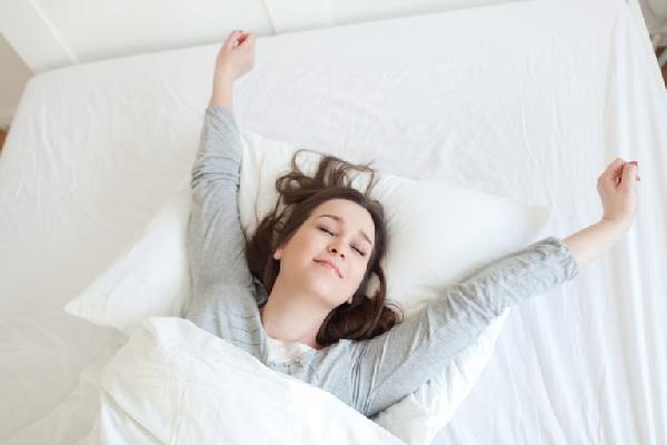 Thay đổi tư thế khi nằm, vận động nhẹ nhàng có lợi cho phụ nữ sau sinh