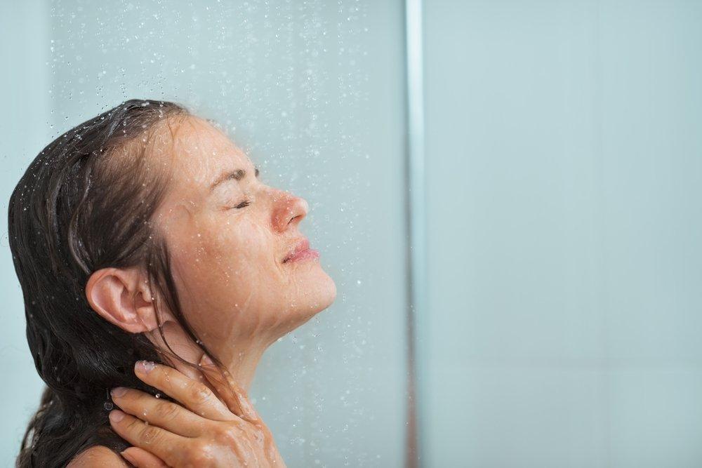 Không nên rửa mặt trước khi tắm